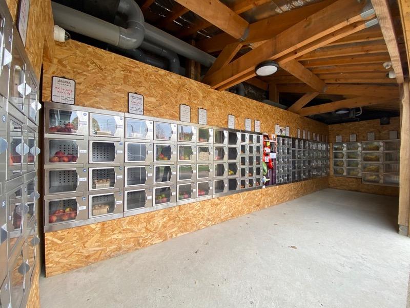 Distributeur à casiers dans un chalet en bois